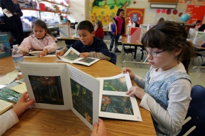 The path to reading in English and Spanish are not the same, study finds (Photo: Marcio Jose Sanchez/AP)