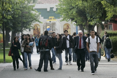 Students cross the campus at San José State, which plays a vital role in Silicon Valley. (© AP/Marcio Jose Sanchez)