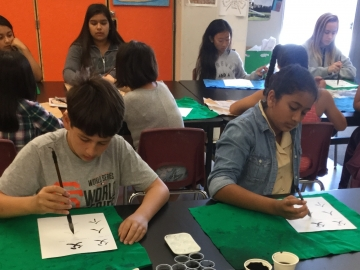 Middle school students learn Chinese calligraphy in a California World Languages Project immersion class. (Photo: Hélène Chan)